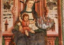 Santuario dell'Icona Passatora, Amatrice: affresco di Vergine in trono col Bambino che sorregge una città (1492)