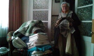 Mme Anna a donné des draps, des couvertures et des vêtements chauds pour l'Ukraine