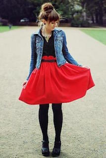 1デニムジャケット・Gジャン×赤のフレアースカート×黒ブラウス