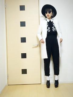 4白のテーラードジャケット×黒パンツ×黒ブラウス