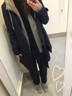 1黒のステンカラーコート×ロングジップパーカー×黒パンツ