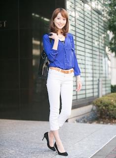 6白パンツ×青ブラウス×黒ヒール