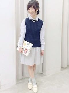6紺ニットベスト×白シャツ×白フレアースカート