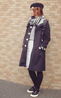 7黒のステンカラーコート×ボーダーストール×白デニムスカート