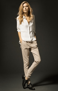 10白シャツ×チノパン×黒革靴