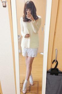 5黄色の春ニット×白レースタイトスカート×ピンクパンプス