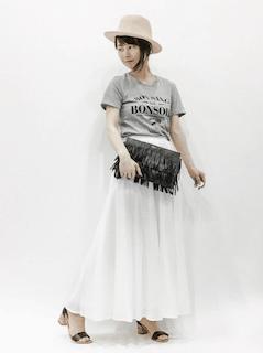 1白マキシ丈スカート×グレーTシャツ