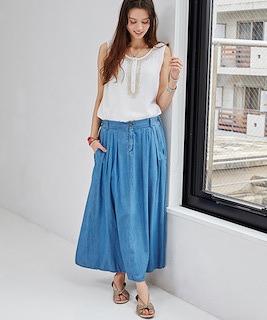 8デニムのマキシ丈スカート×白タンクトップ