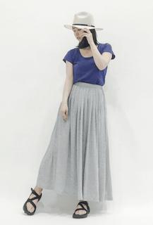 9グレーのマキシ丈スカート×青色半袖Tシャツ