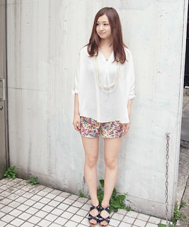 9花柄ショートパンツ×白ブラウス×サンダル