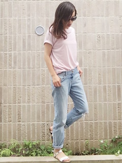 1ピンクTシャツ×デニムパンツ