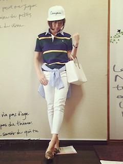8ボーダーのポロシャツ×白パンツ×青シャツ