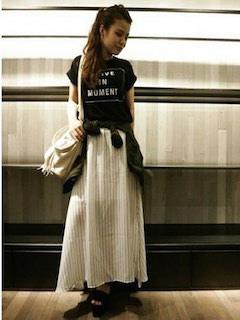 3黒Tシャツ×ストライプマキシスカート