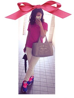 6ピンクのポロシャツ×白デニム×スニーカー