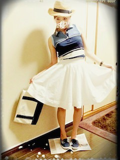 5ボーダーのポロシャツ×白フレアスカート×麦わら帽子