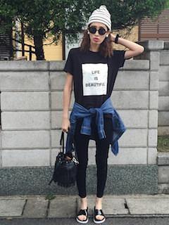 グレーのニット帽×黒のTシャツ×黒のパンツ