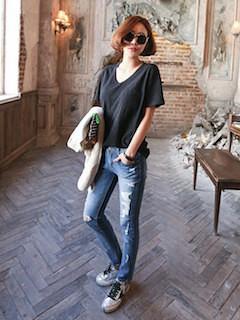 6黒Tシャツ×デニムパンツ