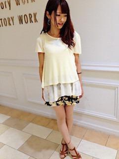 7黄色Tシャツ×花柄ショートパンツ
