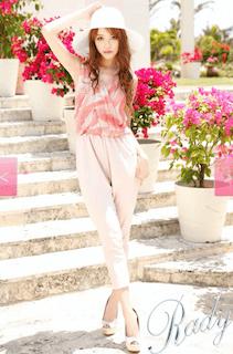 1ピンクのオールインワン×白ハット×白サンダル