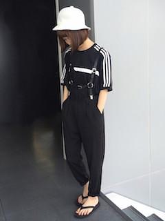 8 guサロペット×黒Tシャツ×白ハット