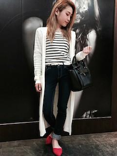 1白のカーディガン×白黒ボーダーTシャツ×黒デニムパンツ
