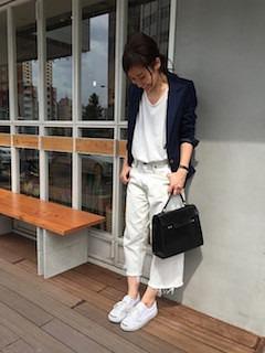 1ネイビーのテーラードジャケット×白Tシャツ×白ガウチョパンツ