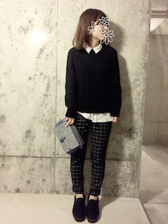 6黒のニットセーター×白シャツ×チェックパンツ