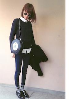 7黒のニットセーター×白シャツ×黒ジーンズ