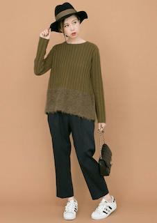 緑のニット・セーター×黒のパンツ×adidas白のスニーカー