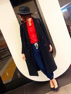 3赤シャツ×チェスターコート×スゥエットパンツ