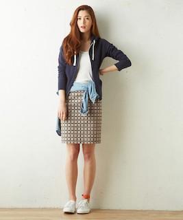 7ネイビーのパーカー×デニムシャツ×タイトスカート