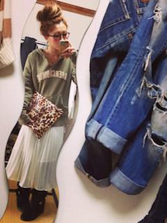 6グリーンのパーカー×白ロングスカート×ムートンブーツ