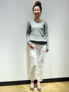 ケーブル編みニット・セーター×白のクラッシュデニム×グレーのパンプス