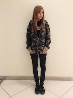 1秋のパーカー×黒Tシャツ×黒ジーンズ