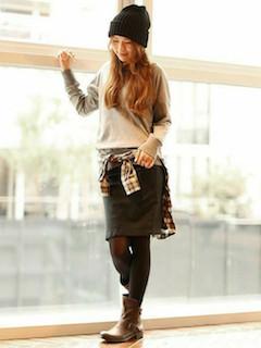 8茶色のショートブーツ×無地トレーナー×タイトスカート