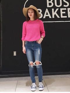 ピンクのニット・セーター×ダメージデニム×ネイビーのハイカットスニーカー