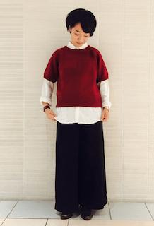 ニット・セーター×白のシャツ×黒のガウチョパンツ×ブーツ