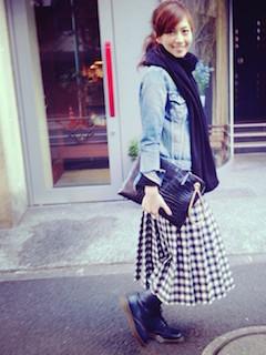 6黒のマフラー・ストール×Gジャン×チェック柄スカート