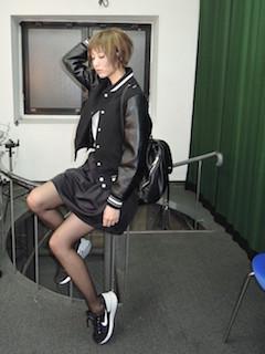 8黒のスタジャン×レザースカート×スニーカー