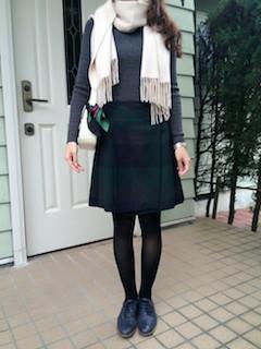 7ベージュのマフラー・ストール×ニットセーター×Aラインスカート