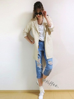 10白のスプリングコート×白Tシャツ×ジーンズ