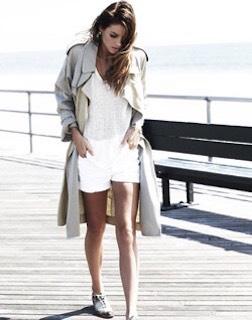 3白のスプリングコート×VネックTシャツ×ショートパンツ