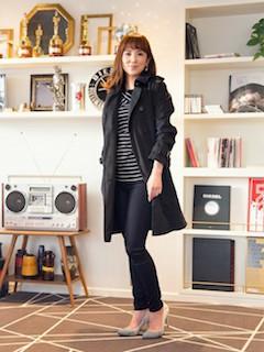 5黒のスプリングコート×ボーダーロングTシャツ×黒パンツ
