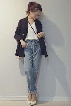 10黒のサマージャケット×Vネックセーター×デニムパンツ