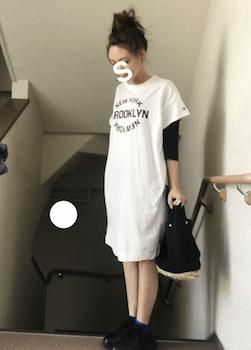 1 UネックTシャツ×長袖Tシャツ×黒スニーカー