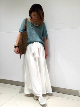 5 Uネックニット×白いマキシ丈スカート×スリッポン