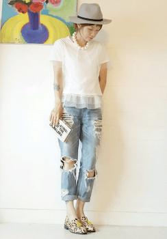 2 UネックTシャツ×レース裾タンクトップ×ジーンズ