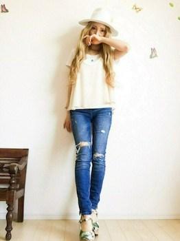 5 UネックTシャツ×白キャソール×ジーンズ