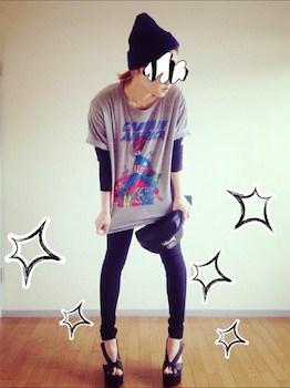 4 UネックTシャツ×黒の長袖Tシャツ×レギンスパンツ