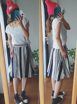 3コンバーススニーカー×フレンチスリーブTシャツ×ミモレ丈スカート
